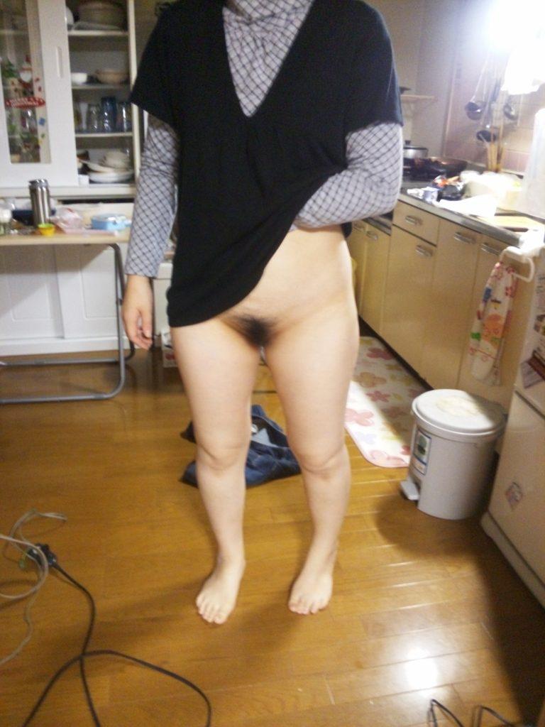 【家庭内裸族エロ画像】着衣なのに下半身すっぽんぽん!自宅ではノーパン派な嫁さんの姿が卑猥過ぎるwwww その11
