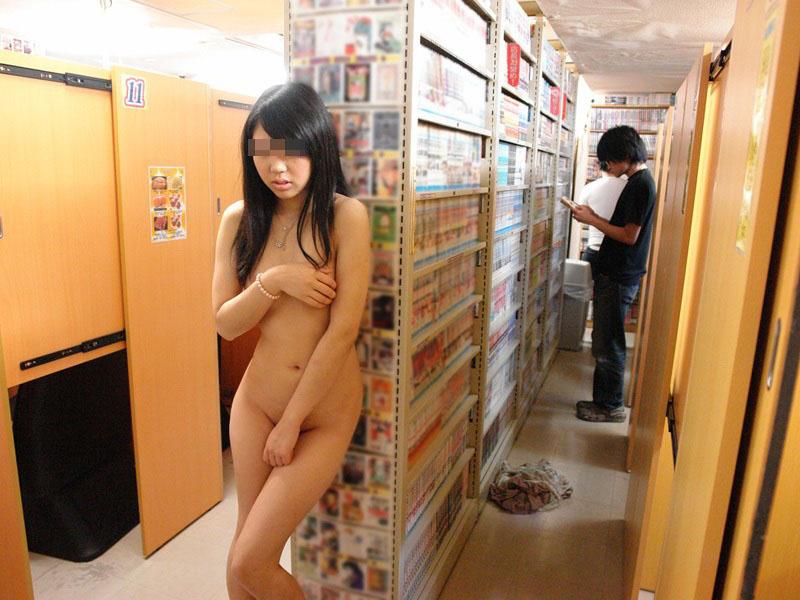 【野外露出エロ画像】逃げ場のない恐怖が興奮度倍増!店内で裸になってる露出狂がヤバすぎる! その10
