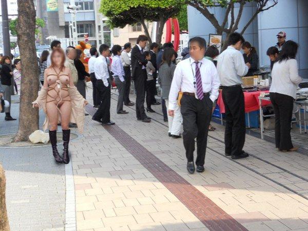 【野外露出エロ画像】これはヤバい…大勢の人前でも臆することなく脱ぎ散らかす露出狂が逮捕寸前wwww その1