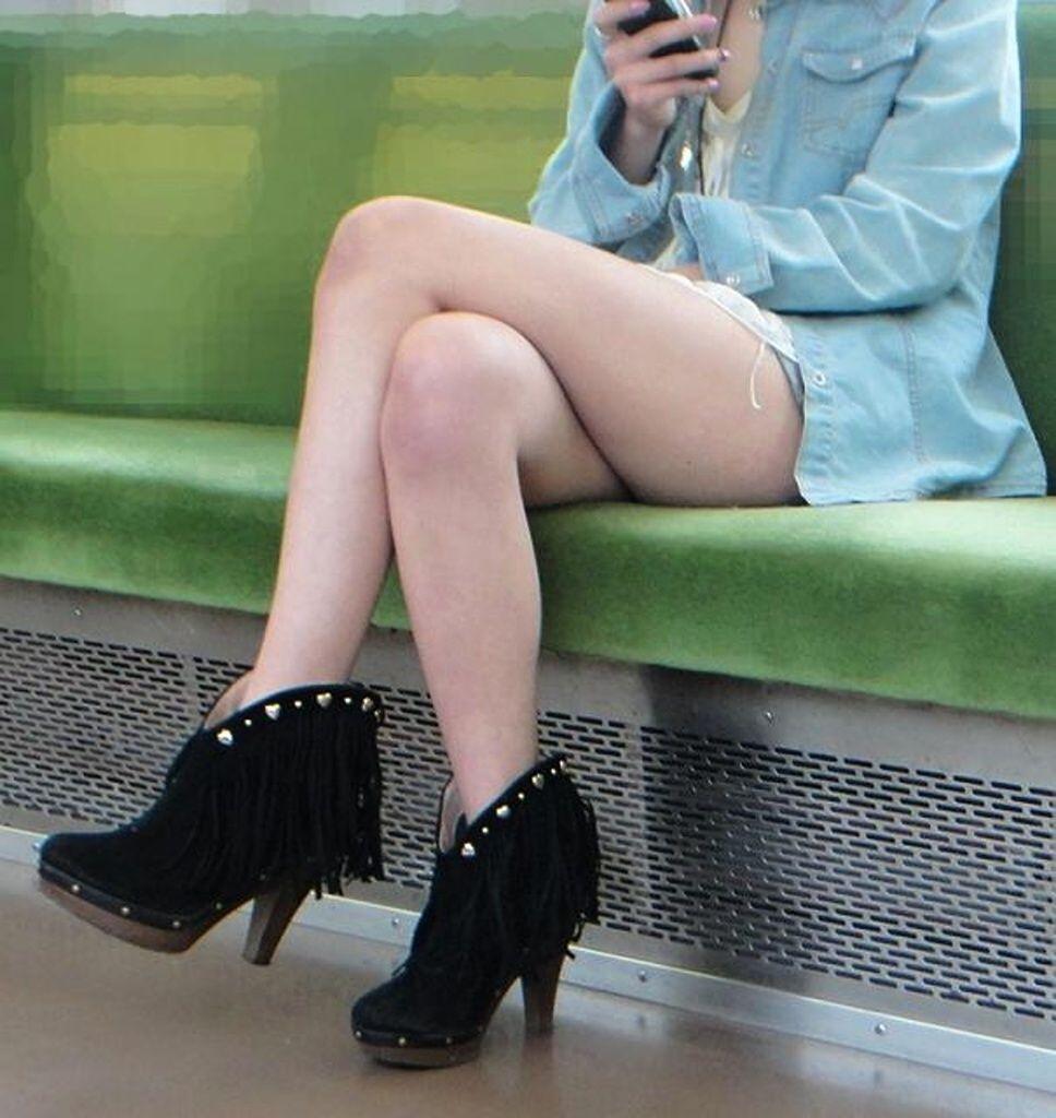 【電車内盗撮エロ画像】脚組みしたおねえさんの太ももが超大胆!電車内で盗撮した美脚美人wwww その2