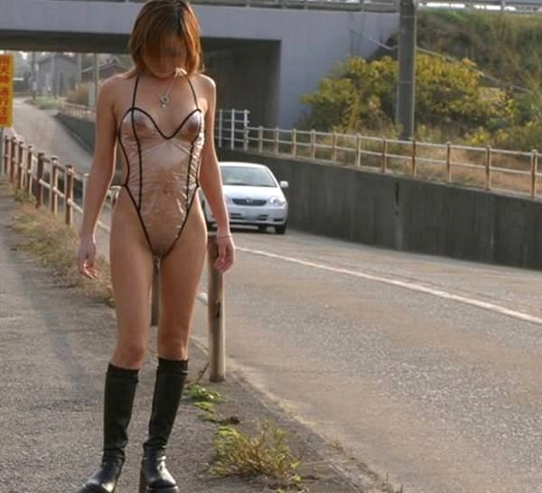 【シースル露出エロ画像】乳首もマンコも透け透け…シースルーで野外を闊歩する露出狂が逮捕案件wwww その3