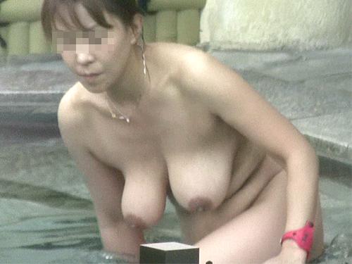 【露天風呂盗撮エロ画像】みんな垂れてる巨大なおっぱい!これがガチ…露天風呂で盗撮された素人のおっぱいwwww その10