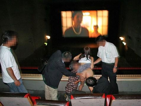 【ピンク映画館エロ画像】見ず知らずのおっさんにハメられたい痴女が集まるピンク映画館がカオス過ぎるwww その6