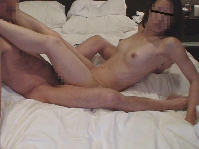 【ハメ撮り画像】苦しさと気持ちよさは紙一重!?ちょっと激しい体位でセックスしてるカップルのアクロバットハメ撮り画像 その7