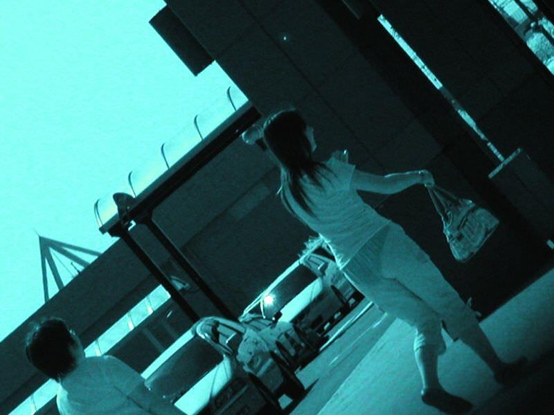 【赤外線盗撮画像】真っ昼間から街中で堂々と素人の下着姿を盗撮する赤外線エロ画像 その3