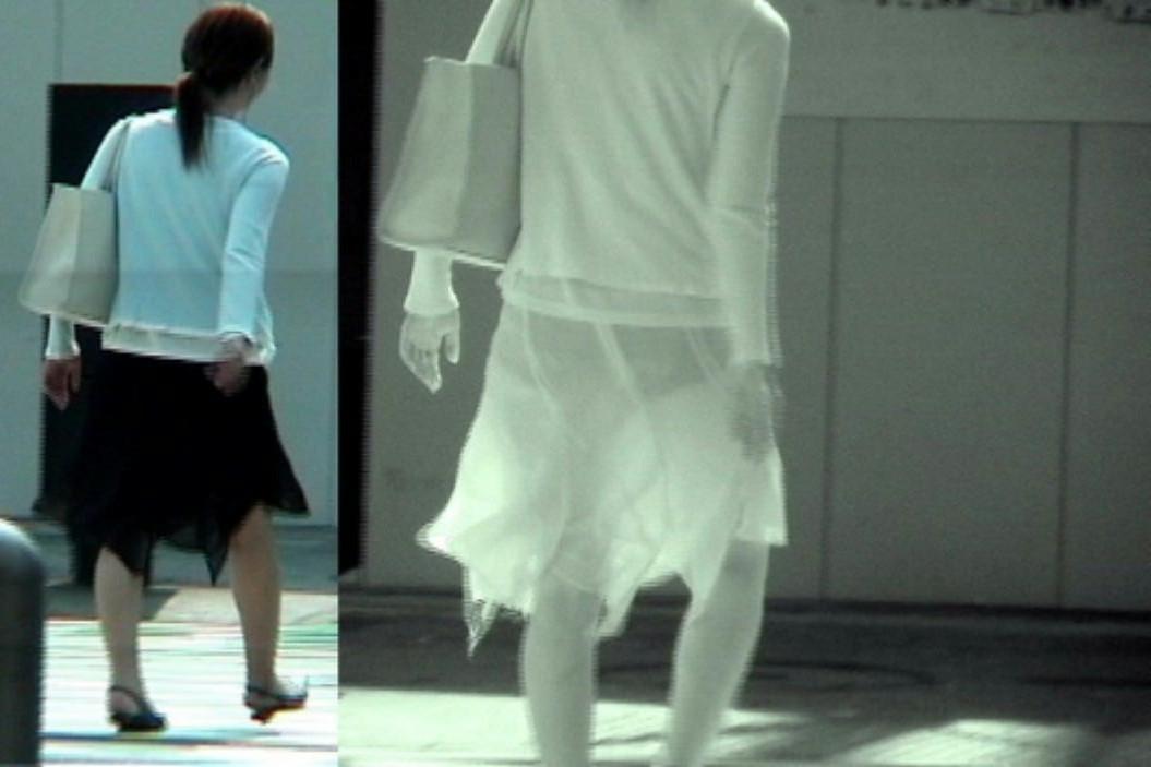 【赤外線盗撮画像】真っ昼間から街中で堂々と素人の下着姿を盗撮する赤外線エロ画像 その10