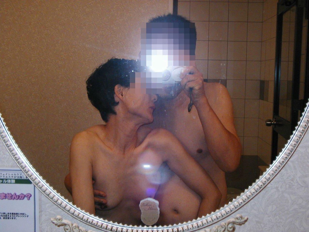 【素人ハメ撮り画像】鏡に映した痴態に大興奮…素人カップルがネット掲示板に投稿した完全プライベートなハメ撮り画像 その9