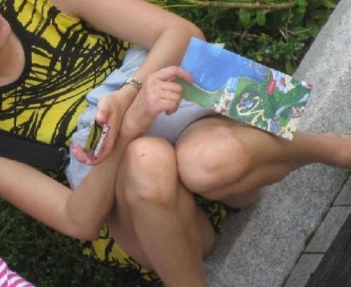 【パンチラ盗撮画像】これはリアル…街中で無防備なパンチラを晒してしまったおねーさんの股間がちょーシコれるww その2