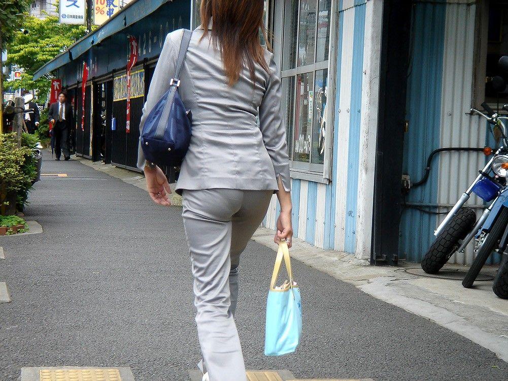 【街撮りOLエロ画像】パンティーライン透け透け!パンツスーツのOLさんがフェロモン振り撒くお尻がこちらwww その2