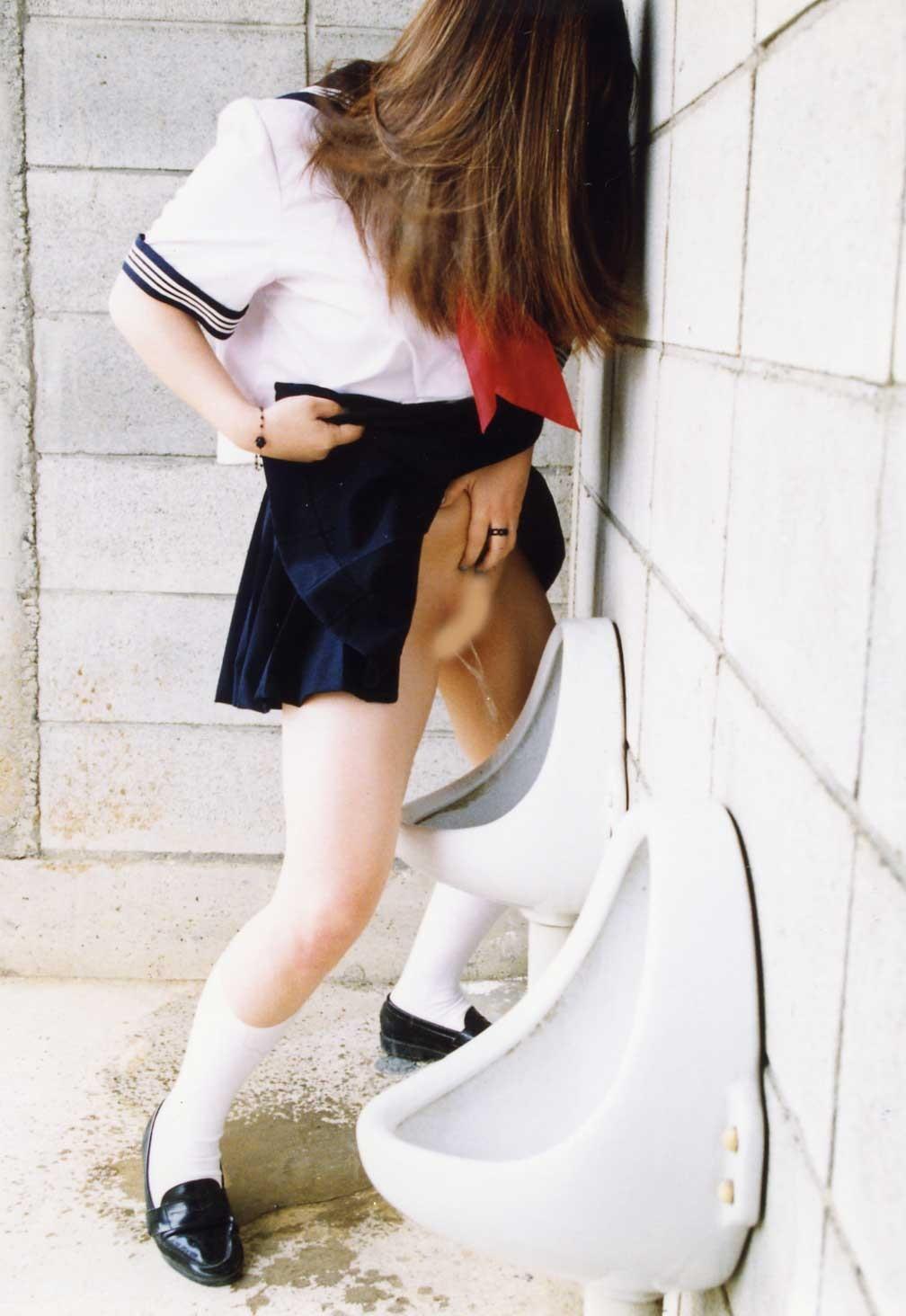 【立ち小便エロ画像】男に憧れた変態娘が男子トイレで暴走する立ち小便エロ画像 その9