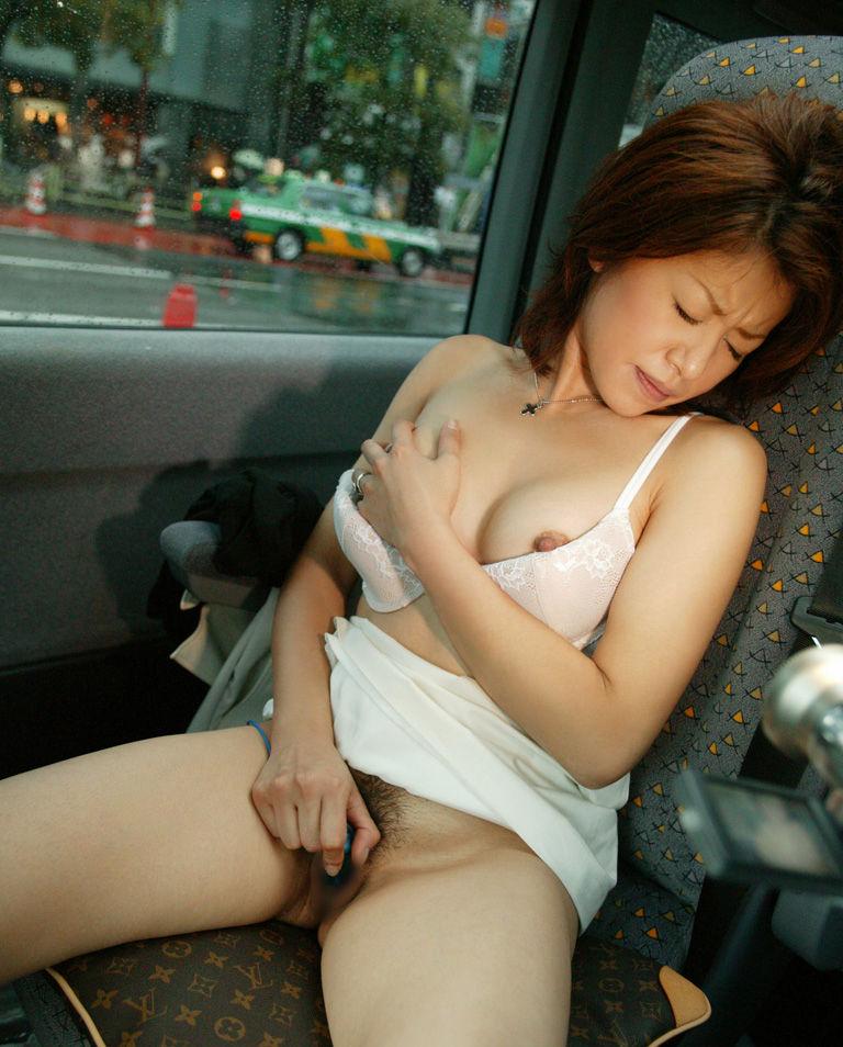 【車内露出エロ画像】ドライブ中にセフレを裸にする車内露出…外から見られて興奮する変態娘の姿がこちら! その9