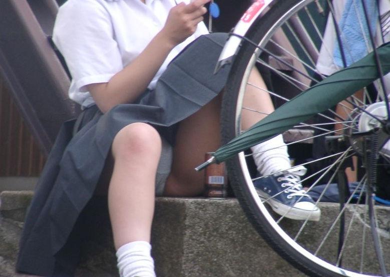 【JKパンチラ盗撮】街中のいたるところで見られる女子高生のパンチラ…地べたにしゃがみ込んだ股間が超そそる! その1