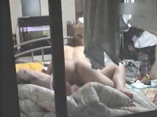 【民家盗撮エロ画像】故意か偶然か…カーテン閉め忘れカップルが性行為を覗かれた民家盗撮画像 その8