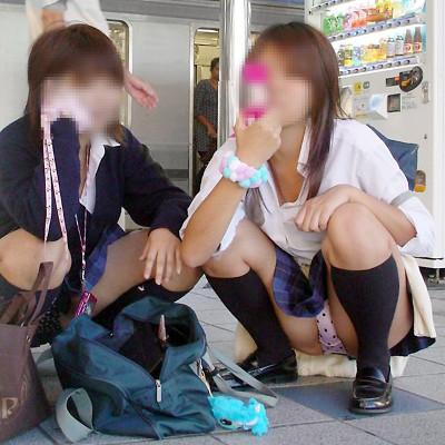 【パンチラ盗撮画像】街中で豪快!スカートなのにうんこ座りしたお姉さんのまる見えパンチラ画像 その9