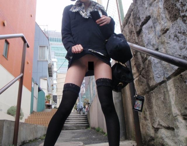 【ノーパンエロ画像】スカートをたくし上げるとマンコ…ノーパン娘の野外プチ露出画像 その6