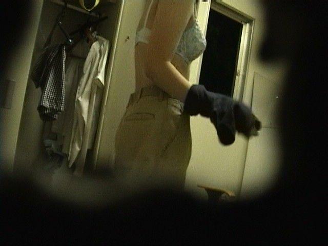 【更衣室盗撮画像】職場の更衣室に隠しカメラを仕掛ける変態…同僚の着替えを覗いた盗撮画像がちょーリアルwww その5