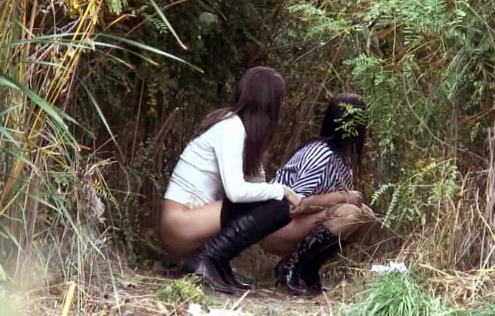 【野外放尿エロ画像】これが女の子の連れション…集団で野外放尿する痴女がこちらwwww その5