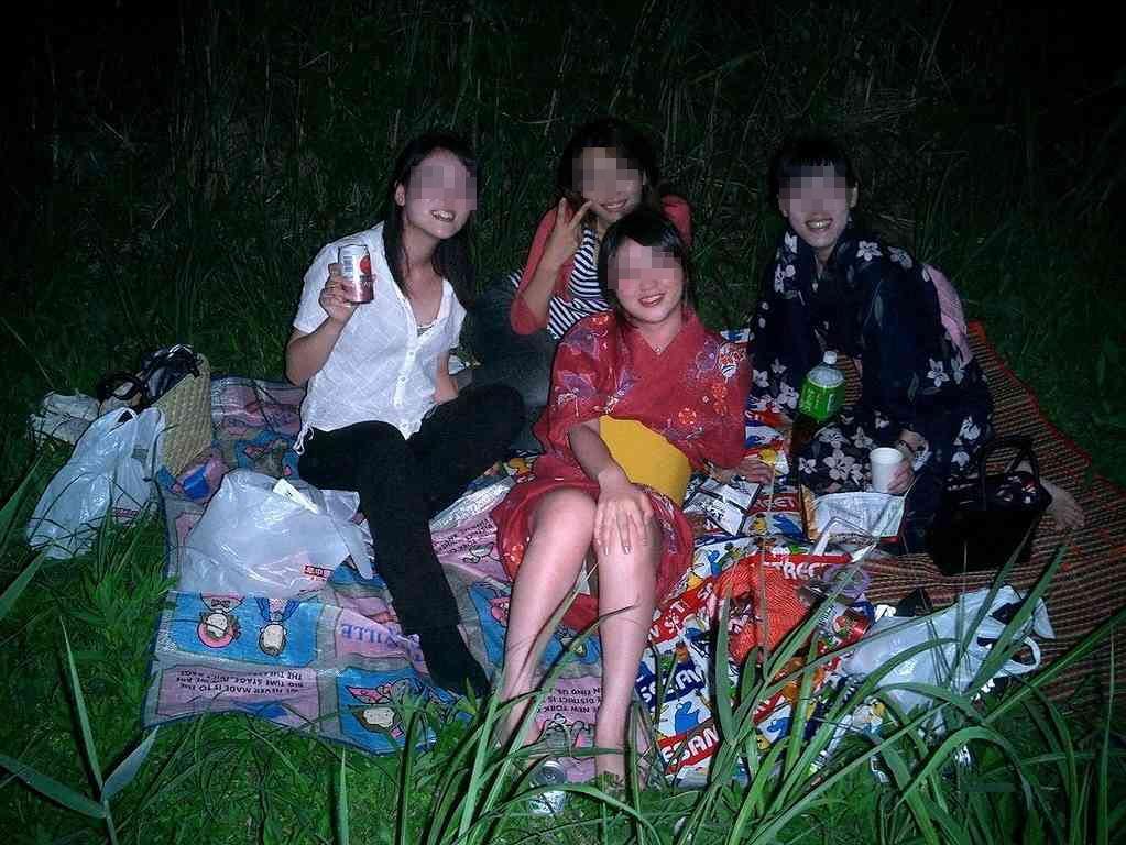 【集合パンチラエロ画像】夏休みは花火大会にキャンプ…イベント盛りだくさん!記念撮影でパンチラしちゃうリア充女子 その5