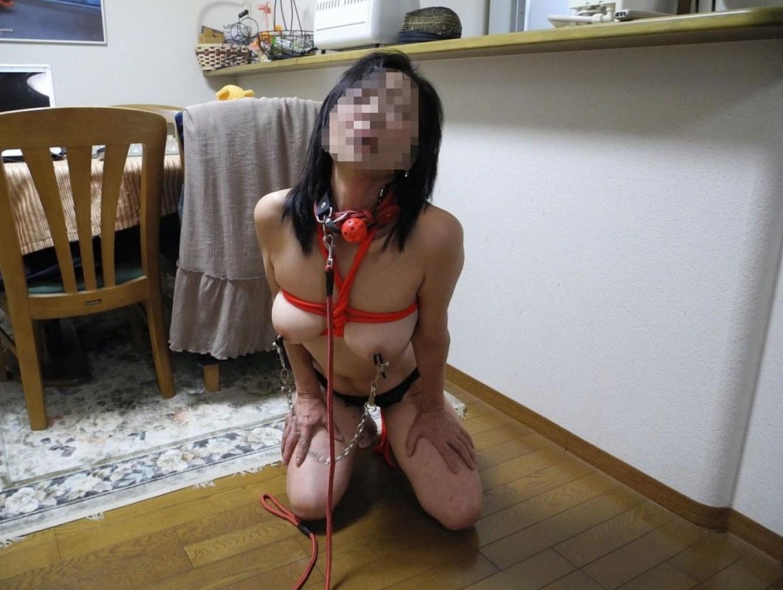 【調教エロ画像】これはアウト…家族にバレたら最後!自宅で調教されるおばさんの緊縛エロ画像 その1