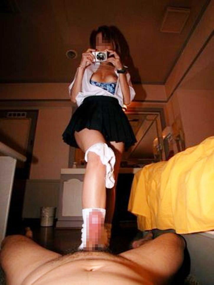【足コキエロ画像】痛くしないでね…不器用な足でチンポをシコシコ!素人娘のぎこちない足コキにチンポがビンビンですよww その3