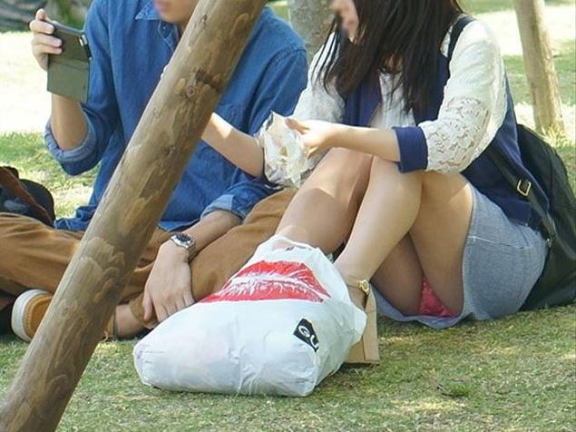 【パンチラ盗撮画像】公園の芝生のうえ…くつろぐお姉さんたちのエッチな股間に釘付けパンチラ盗撮画像 その8