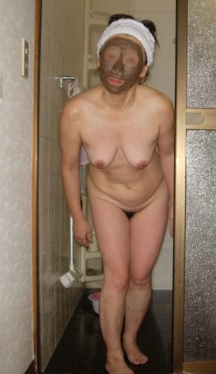 【家庭内盗撮画像】半裸で過ごす嫁さん…ぐーたらな日常にキレた旦那が撮った家庭内盗撮画像 その1