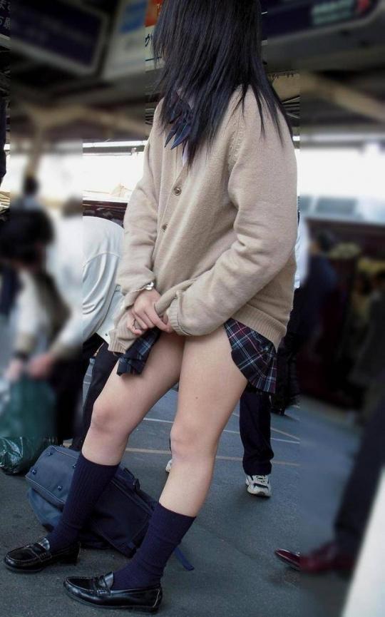 【カーディガンJKエロ画像】台風一過で涼しくなってくると…ブカブカカーディガンにミニスカの女子高生が増える街撮り盗撮画像 その4