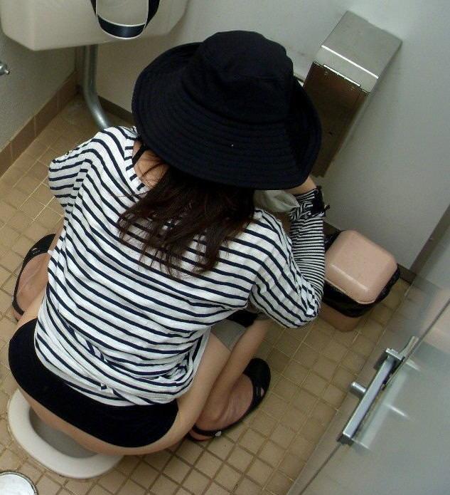 【トイレ盗撮画像】女性にとって最大の恥辱…排泄行為を覗かれるトイレ盗撮画像 その6