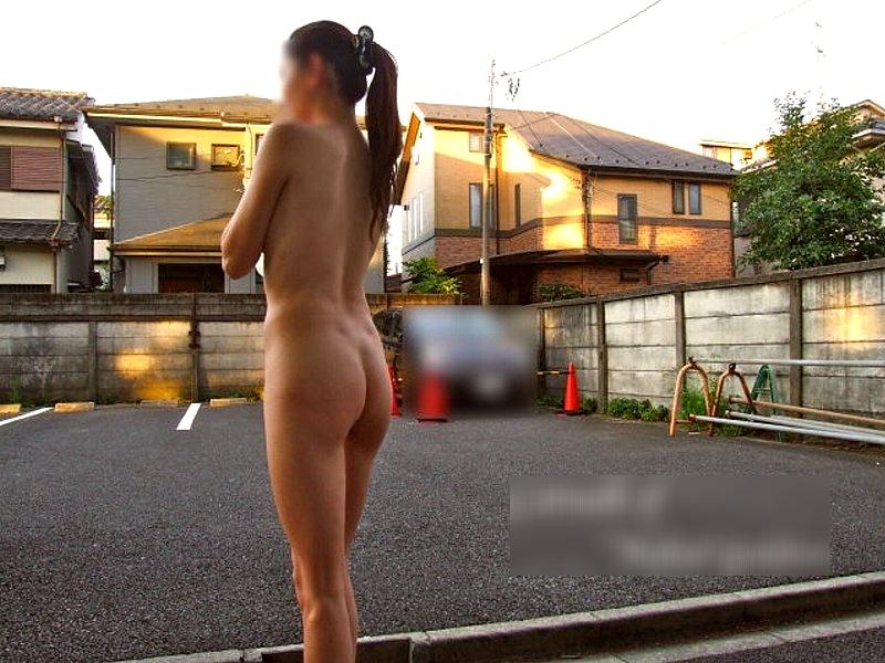 【野外露出エロ画像】ご近所さんにも知ってもらいたいトチ狂った性癖…白昼の住宅街で野外露出wwww その10