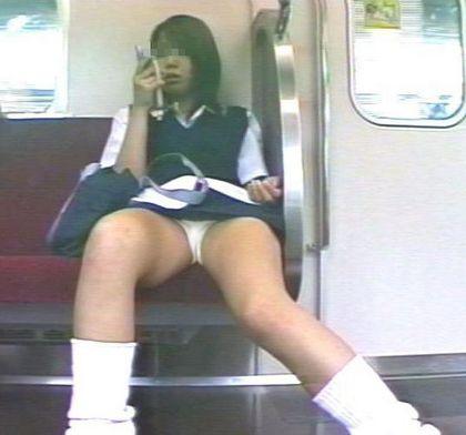 【電車内盗撮画像】電車内で見かけるDQN女もうムチャクチャwwwパンチラなんて目じゃない行儀の悪い女の子 その9