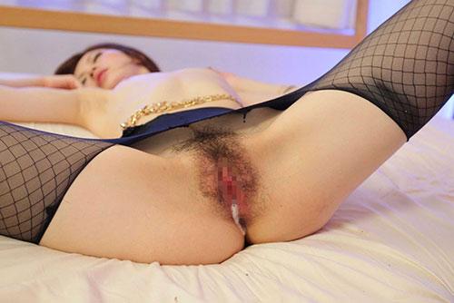 【中出しエロ画像】ぷくっと膣から溢れるザーメン!本能が求めてしまう中出しSEXのエロ画像その3