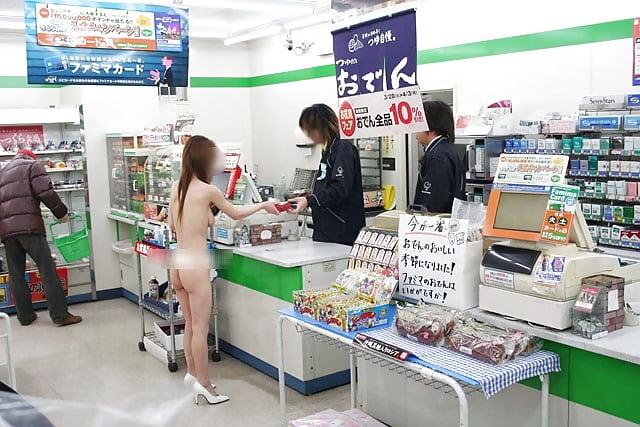 【野外露出エロ画像】深夜のコンビニバイトさんが反応に困る過激露出…店員の前で脱ぐ素人の露出プレイwww その5