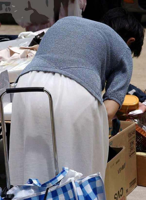 【透けパンエロ画像】おばさんのどデカいパンツが透け透け…街中で撮った透けパン熟女の盗撮画像 その1