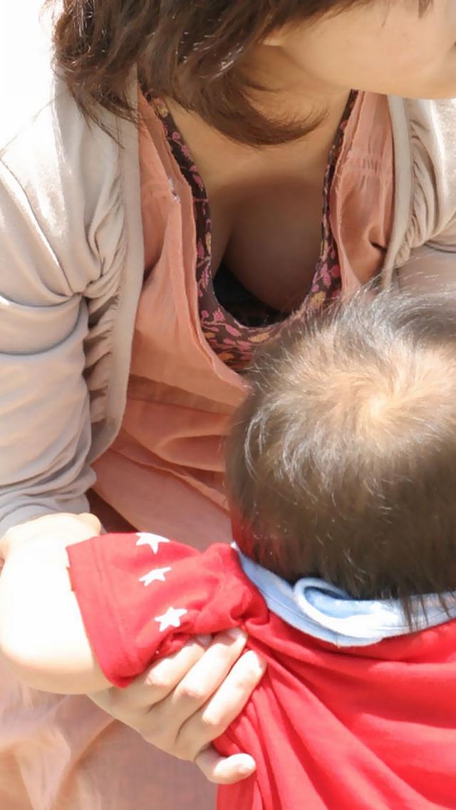 【胸チラエロ画像】産後のおっぱいはなぜこんなにそそられるのか…子連れママさんのデカパイ胸チラ画像 その3