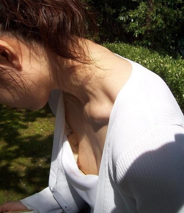 【胸チラエロ画像】乳首さんコンニチワ!!ラッキーなことに乳首まで見えちゃってる胸チラ画像 その9