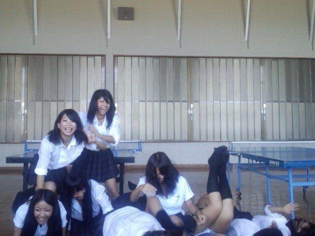 【おふざけエロ画像】これが女子高生の日常…学校内で破廉恥な行為!下品でビッチなおふざけエロ画像 その11