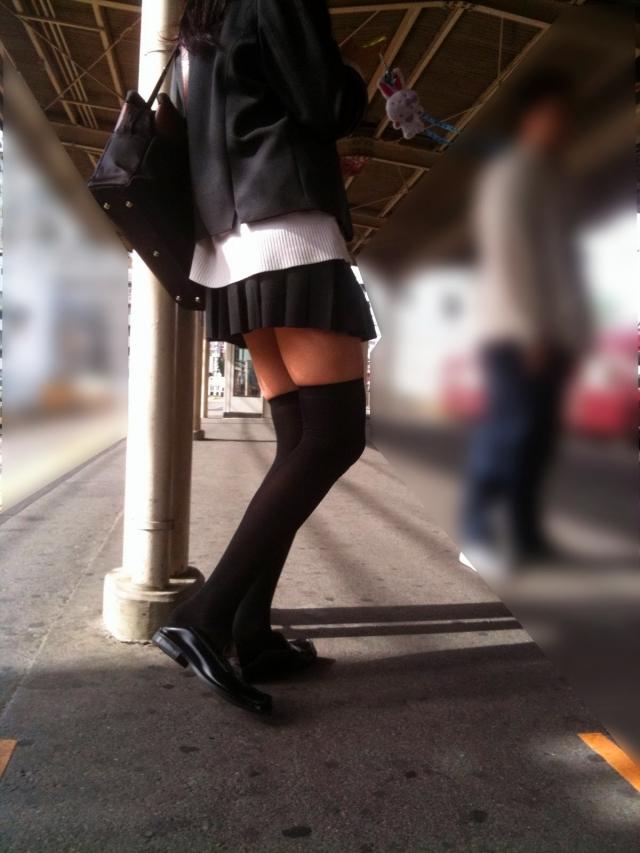 【ニーソエロ画像】肌寒くなった季節のミニスカ・ニーソ!冷えた太ももがフェチズムくすぐる街撮り画像 その3