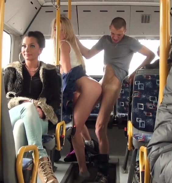 Лезет к телке в трусы в общественном транспорте русское