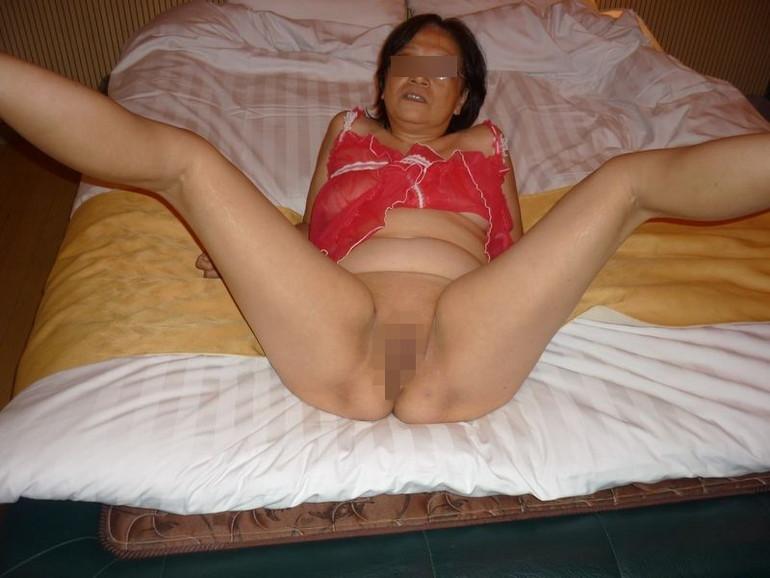 【パイパンエロ画像】陰毛を剃り上げたマンコを誇らしげに見せつける熟女のパイパンが卑猥過ぎるwww その3