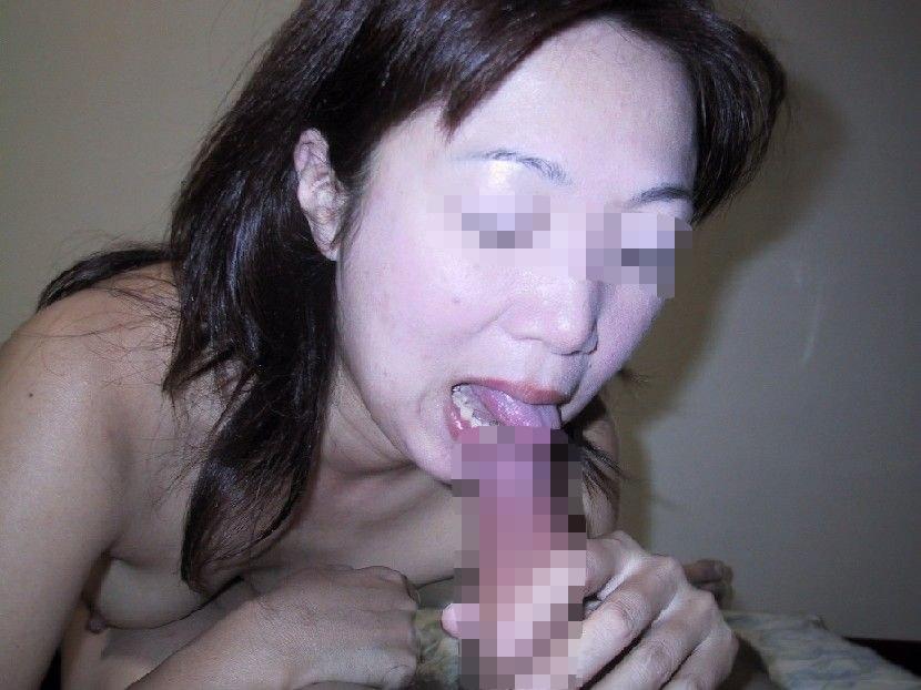 【人妻フェラ画像】浮気相手のチンポをしゃぶる奥さん…旦那にバレて離婚のきっかけになったフェラ顔がこちらwww その4