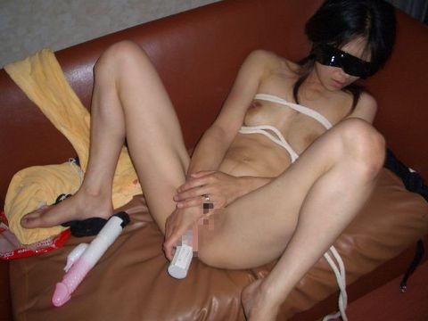 【人妻オナニーエロ画像】恥ずかしくて旦那にも見せられないのに…浮気相手には写真を撮らせる人妻さんのオナニー画像 その8