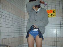 【JKパンチラ画像】これは闇が深い…お小遣い欲しさに女子高生がスカートたくし上げてパンチラ見せるアルバイトww