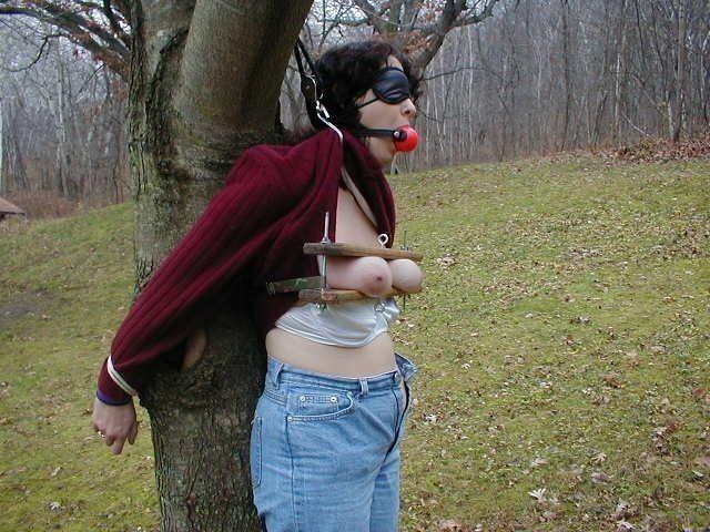 【野外調教画像】こんな姿誰かに見られたら死にたくなるほど恥ずかしい…野外で縛られる肉便器女www その6