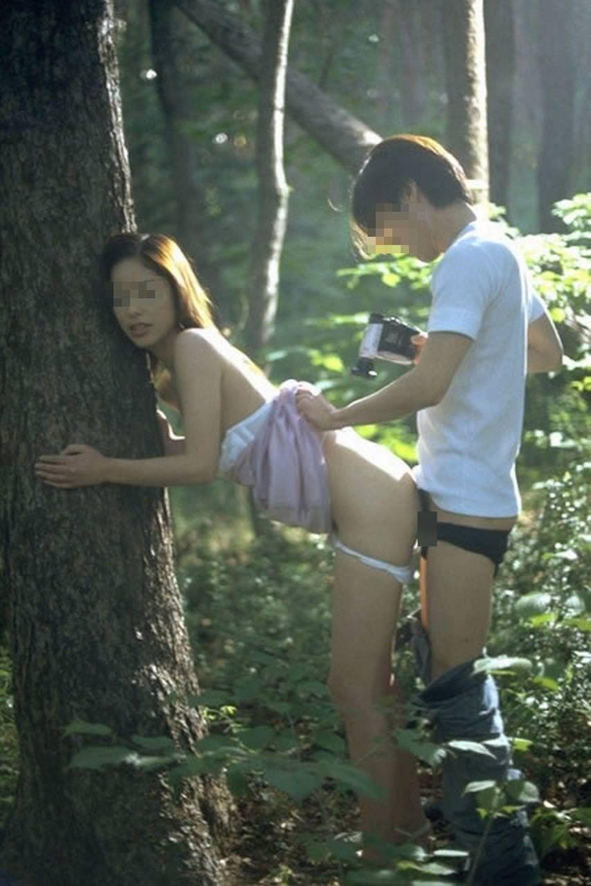【野外セックスエロ画像】野外でエッチするならこの体位!!立ったまま後ろから突きまくる立ちバック中の青姦カップルwww その3