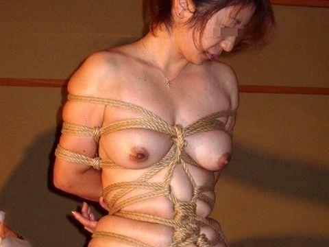 【緊縛エロ画像】もはや芸術!ギチギチに縛られ紐が食い込むおっぱいがたまらない緊縛エロ画像