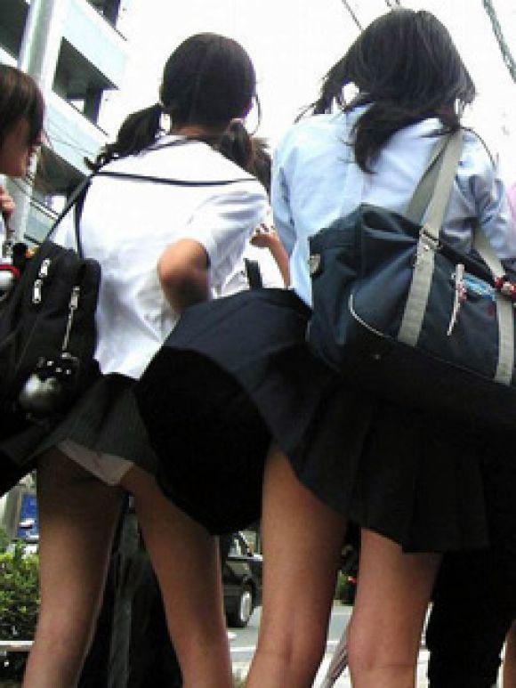 【風パンチラ画像】卒業まで同級生のオナネタにされそう…通学中女子高生が突風にあおられ風パンチラwww その7