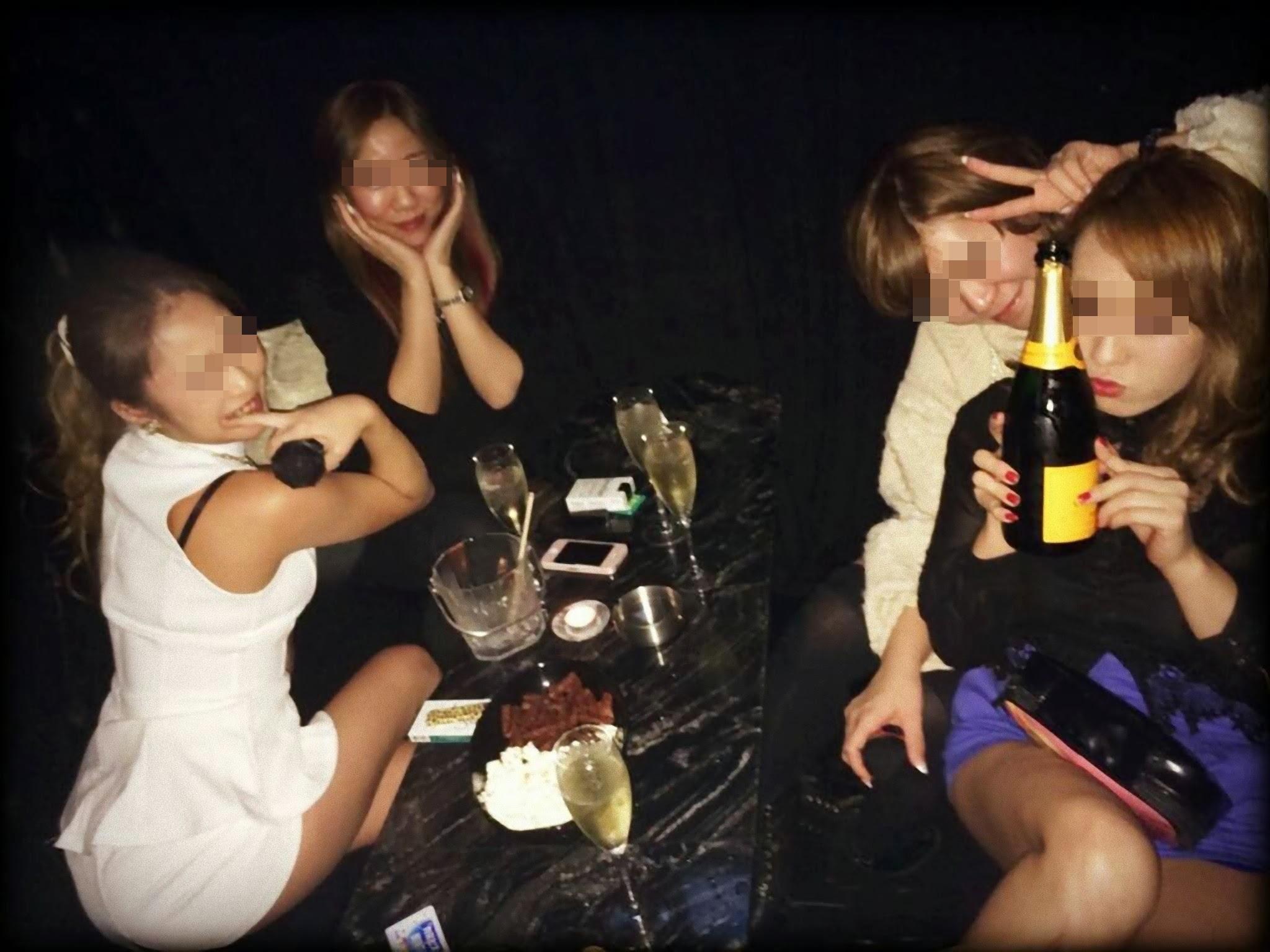 【女子会エロ画像】飲んで酔っ払って乱痴気騒ぎwww女子会で暴走するリア充女子が下品すぎて大変よろしいww その8