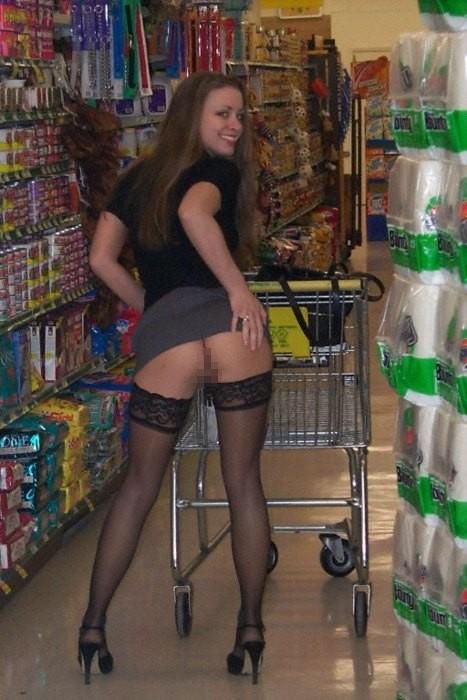【ノーパンエロ画像】本場海外のコストコがすげー!!ノーパンで買い物に来る女性客多数…マンチラしまくりのスーパーマーケットww その3
