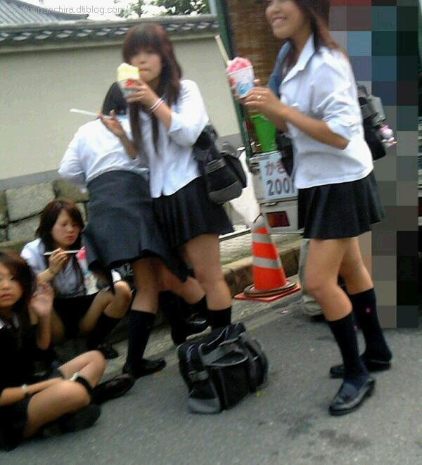 【JKしゃがみパンチラ画像】ちょっとお行儀の悪い女子高生の通学風景…電車やバスの待ち時間にパンツまる見えwww その2