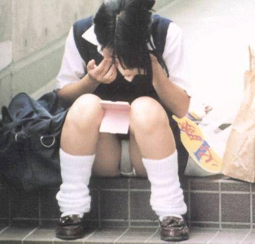 【JKしゃがみパンチラ画像】ちょっとお行儀の悪い女子高生の通学風景…電車やバスの待ち時間にパンツまる見えwww その4